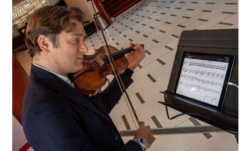 Renowned violinist Renaud Capucon uses the NomadPlay, which can remove any instrument from playback as desired, allowing the hom