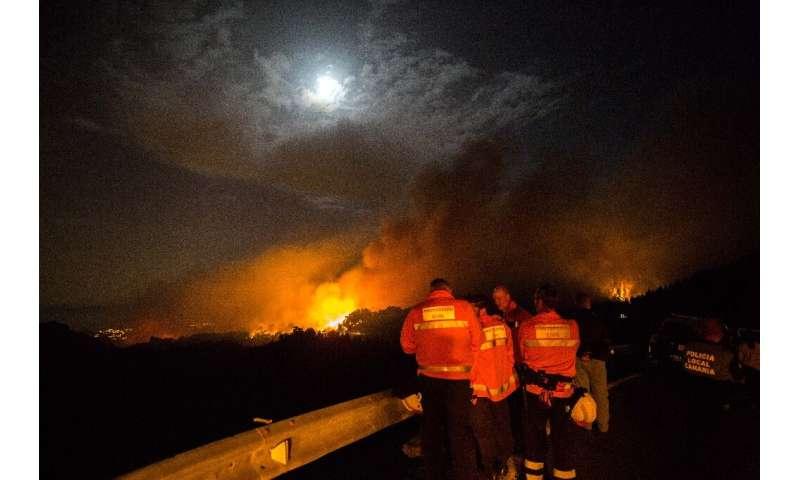 آتش مرکز کوه جزیره تعطیلات را فرو می برد