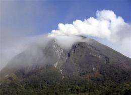 Indonesian volcano spews new burst of ash (AP)