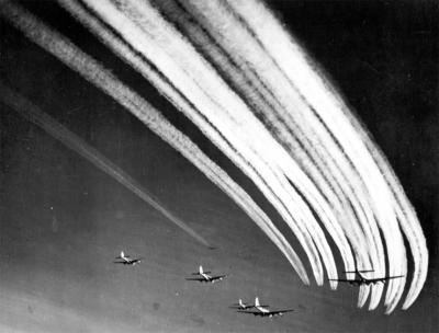 Risultati immagini per contrails world war 2