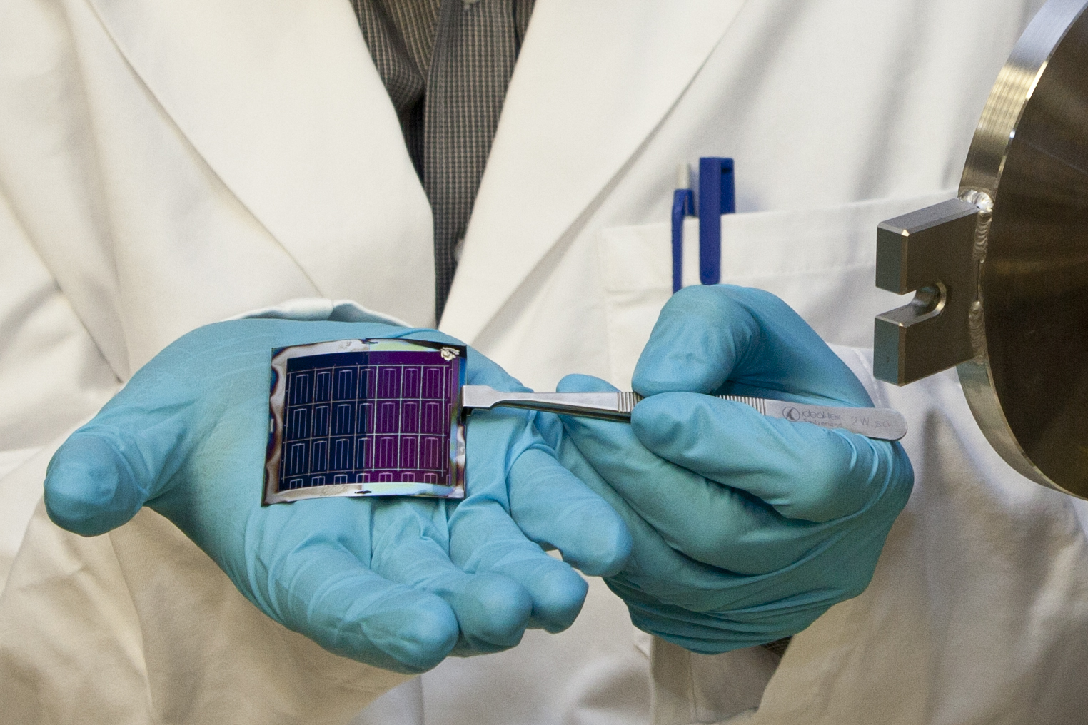 thin film solar cell Copper-indium-gallium-selenide (cigse) solar cells have the highest efficiency of polycrystalline thin-film solar cells the four elements comprising cigse are vapour-deposited onto a substrate together to form a very thin layer of tiny chalcopyrite crystals.