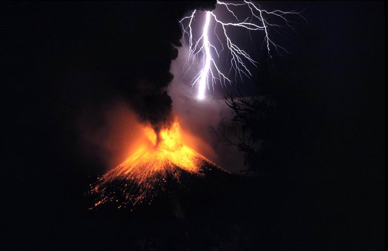 New insight may help predict volcanic eruption behavior a small eruption of mount rinjani with volcanic lightning location lombok indonesia credit oliver spalt wikipedia ccuart