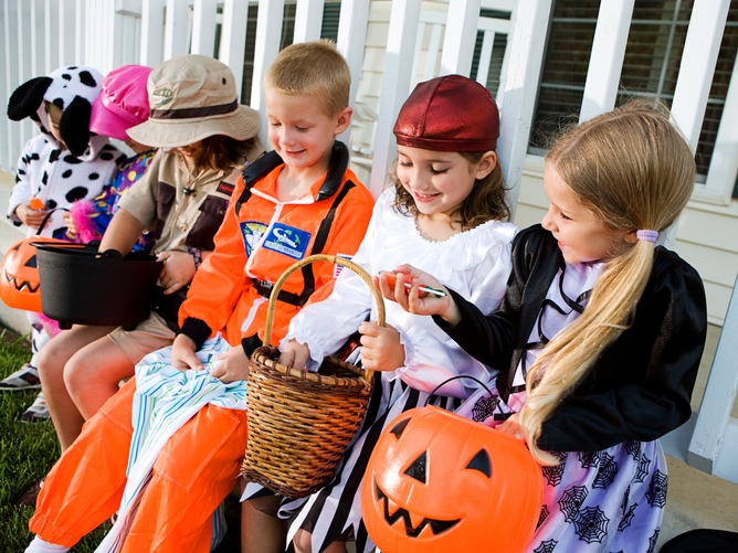 researchers study the behavior of trick or treating children - Children Halloween Pictures