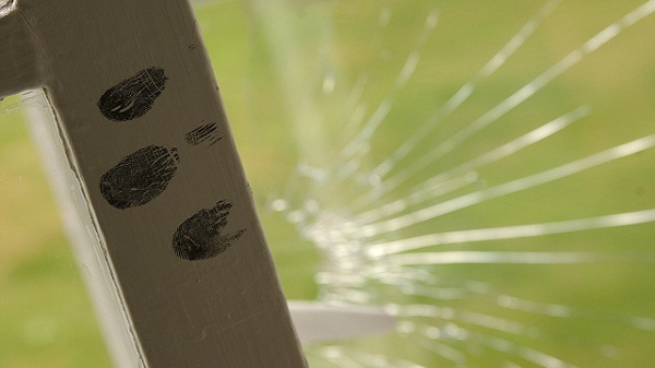 detecting fingerprints on non porous material and in wet or humid