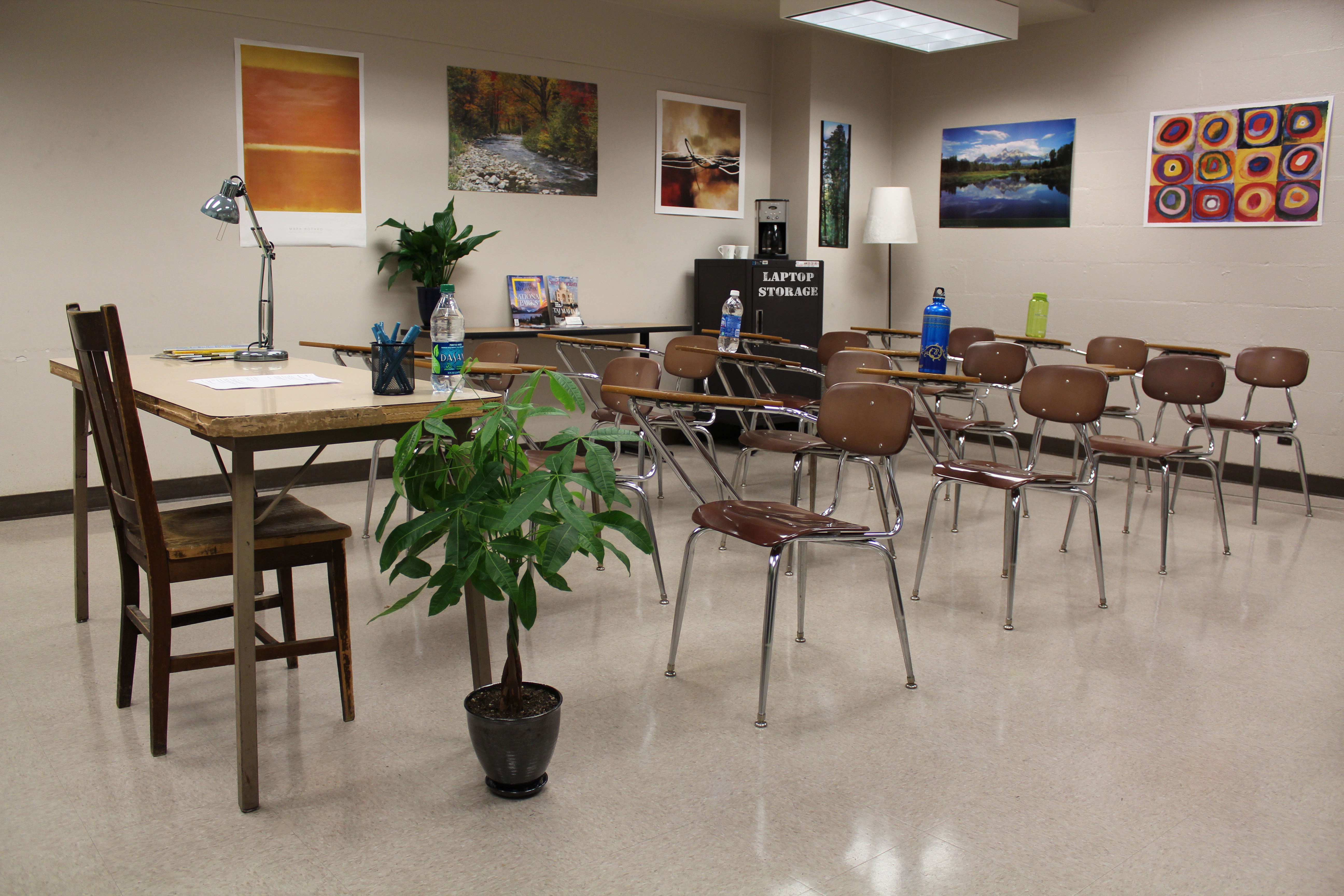Modern middle school classroom - A Non Stereotypical Computer Science Classroom Decorated With Plants And Nature Posters Credit University Of Washington