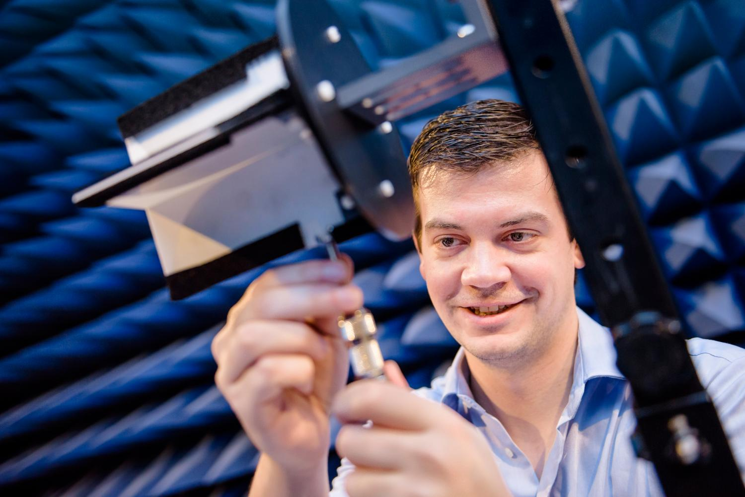 Christoph Baer assembles the antenna, made in-house for measurements.  Credit: RUB, Damian Gorczany