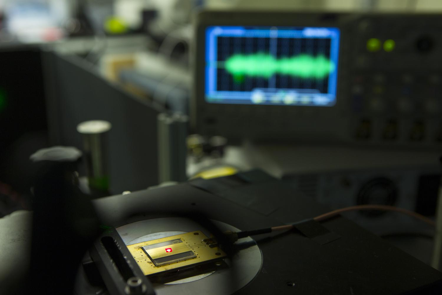 Worlds Smallest Radio Receiver Has Building Blocks The Size Of Two One Chip Am 2 Atoms
