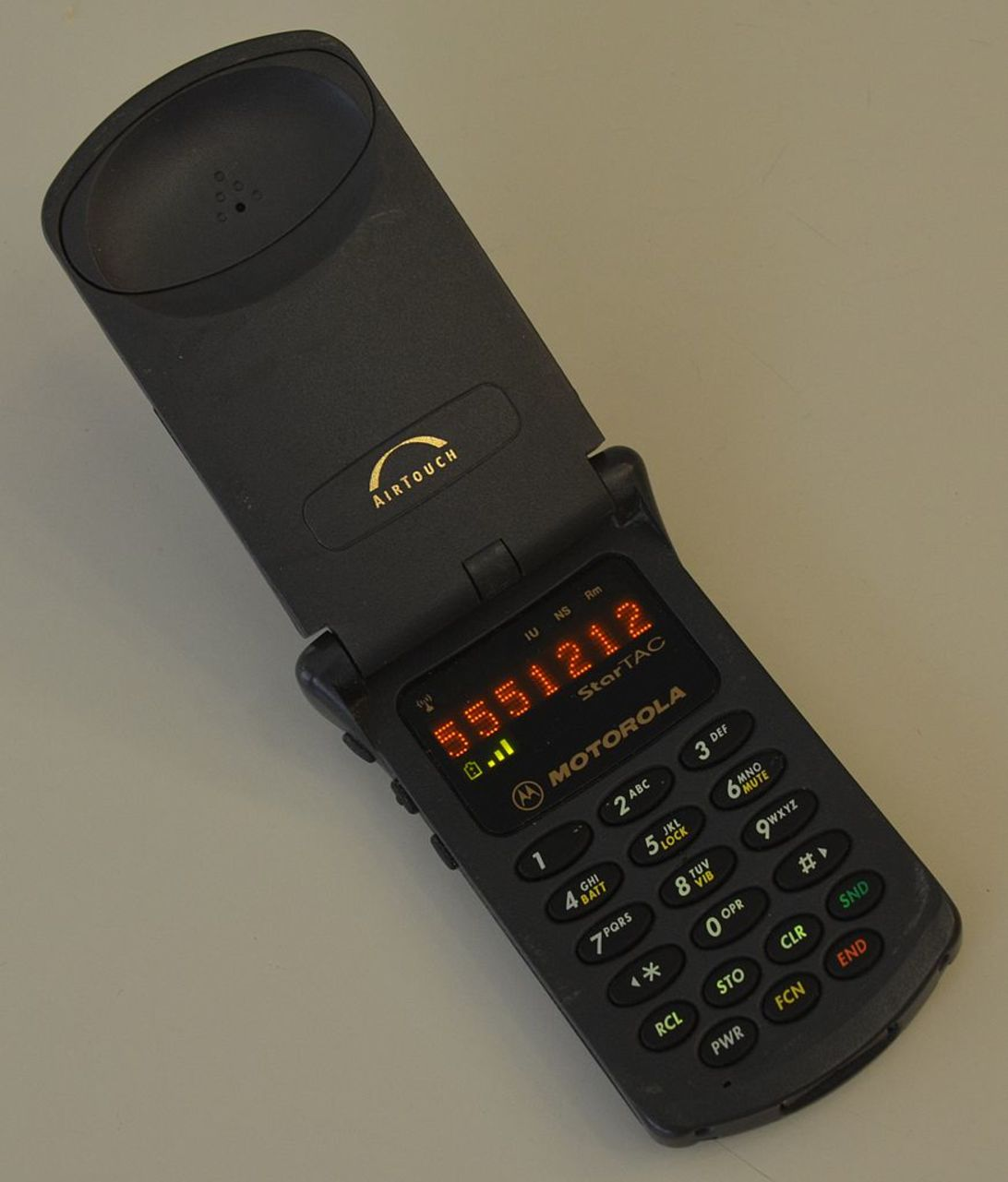 first motorola phone. motorola startac, the smallest flip phone of its day. credit: nkp911m500, cc by-sa first n