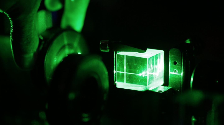 quantum lighting photography. beam of light passing through splitter. credit: lee henderson/unsw quantum lighting photography