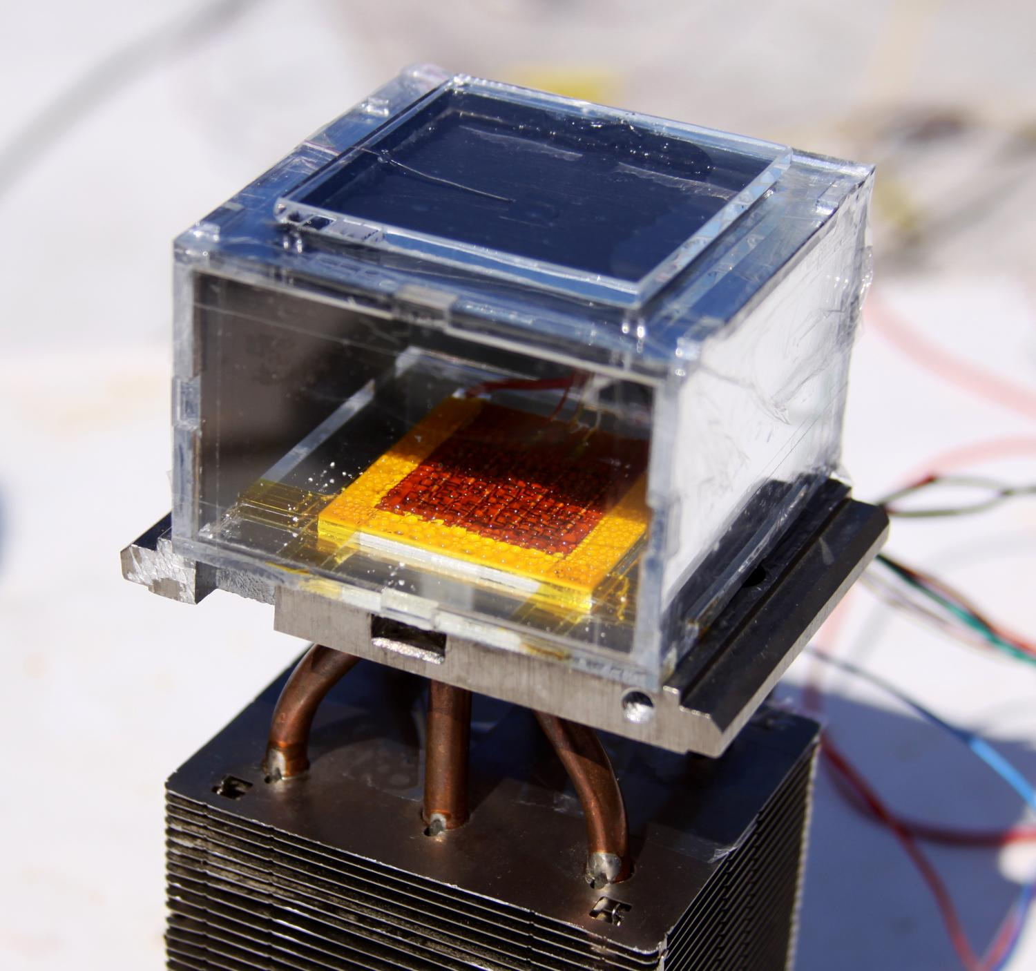 Solar-powered device harvest water from dry air