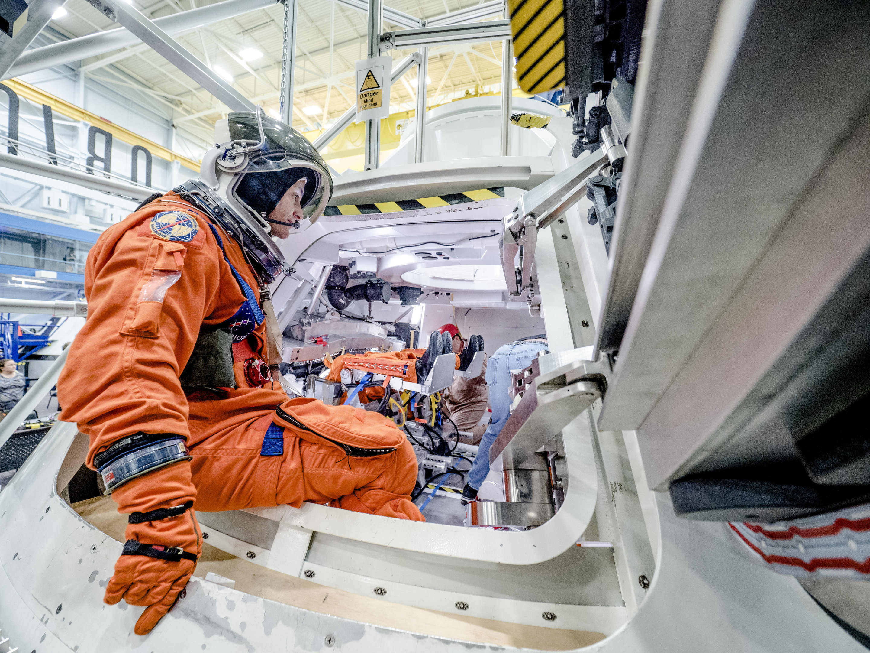 astronaut in the spacecraft - photo #2