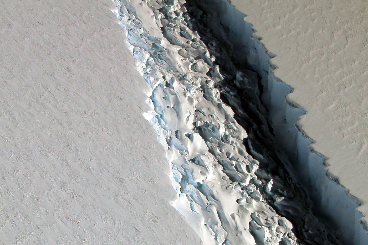 Colossal (and Growing) Crack in Antarctic Ice Shelf Seen in New Video