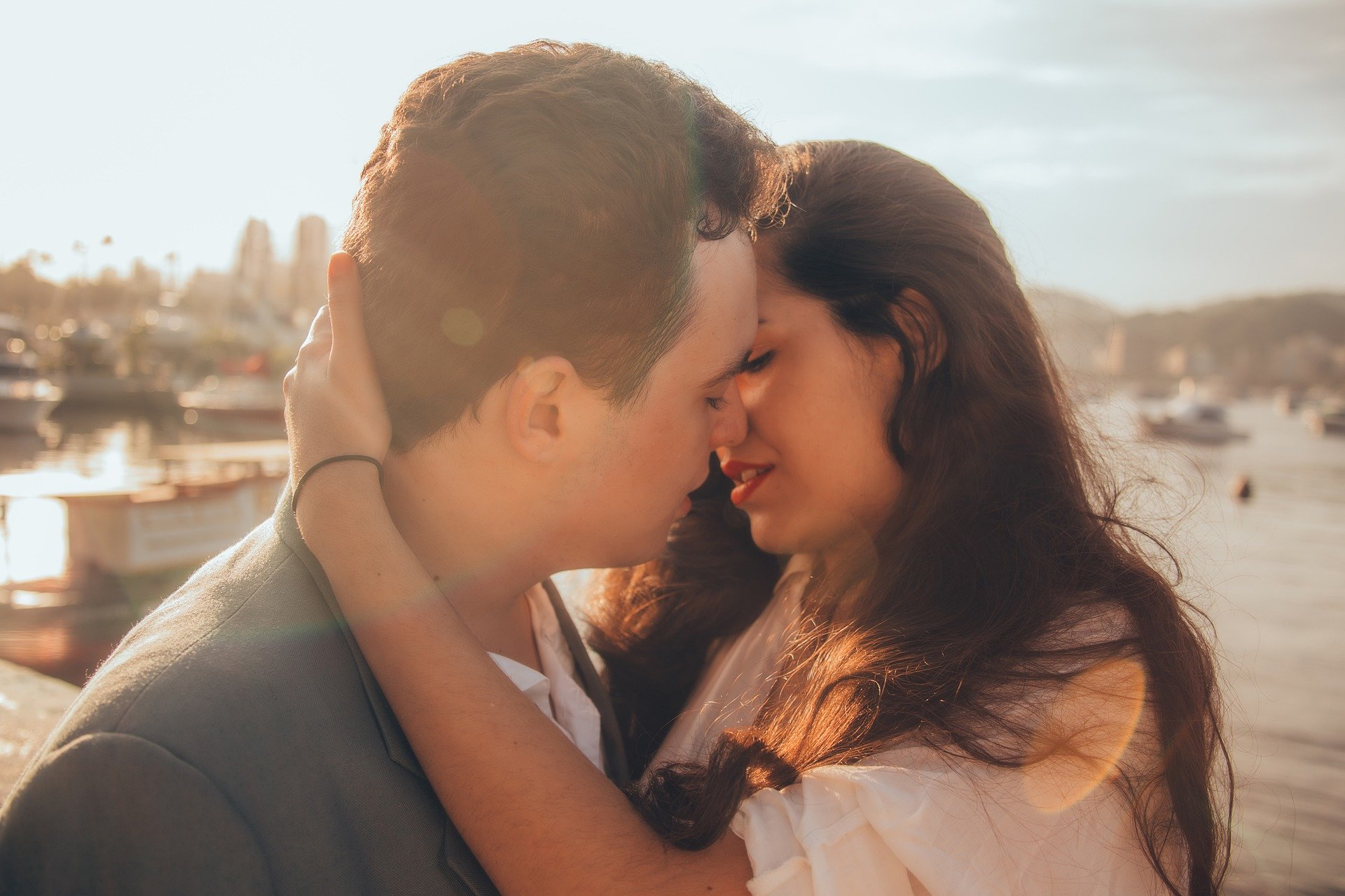 why people have lateral preferences when kissing and hugging