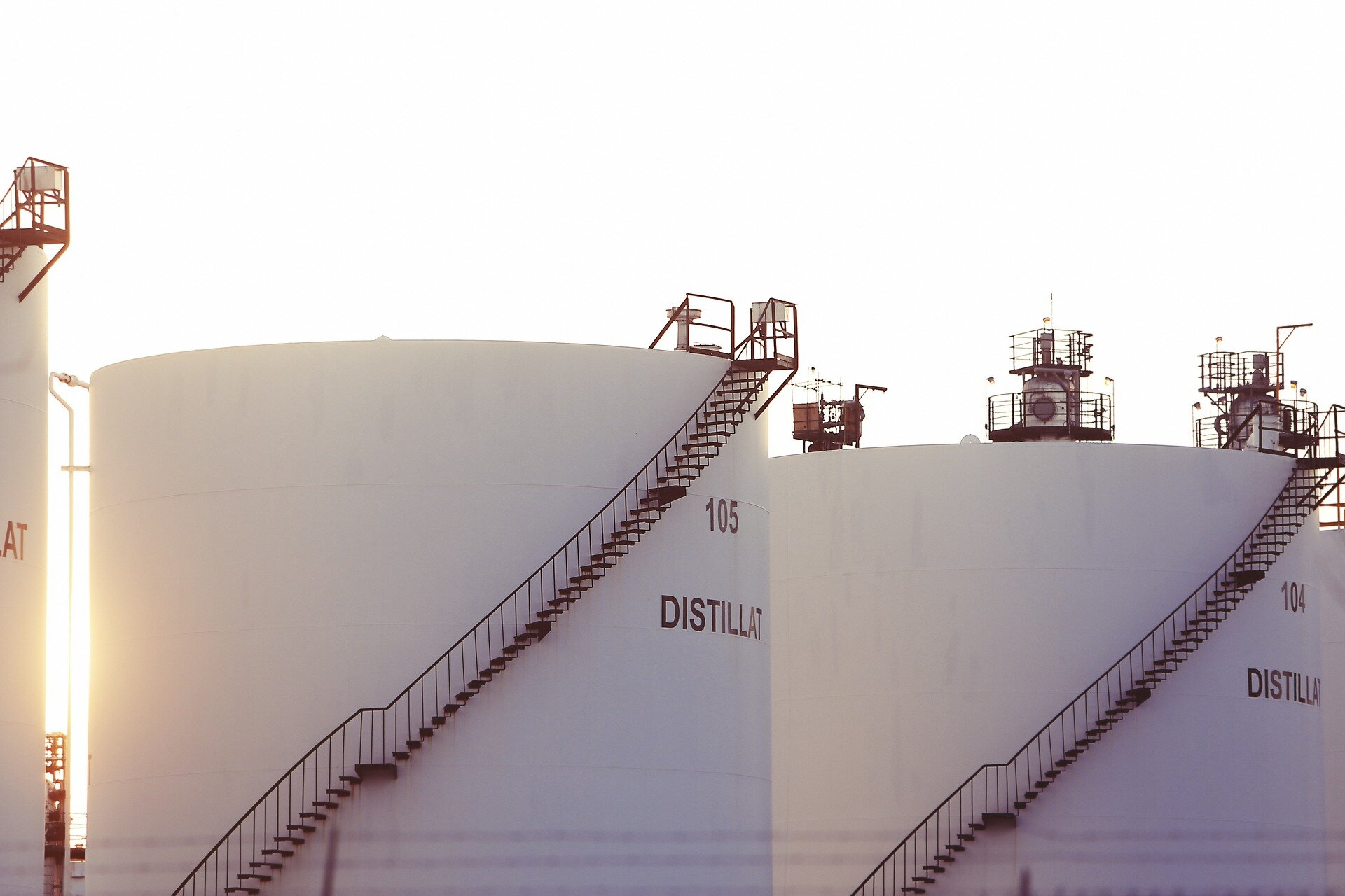 Researchers suggest tight oil prices might be based on futures contracts instead of day-to-day price fluctuations